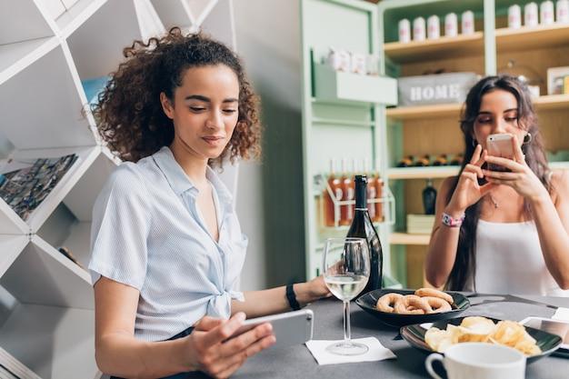 Jonge vrouwen binnen drinken na het werk