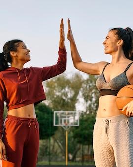 Jonge vrouwen die basketbal spelen