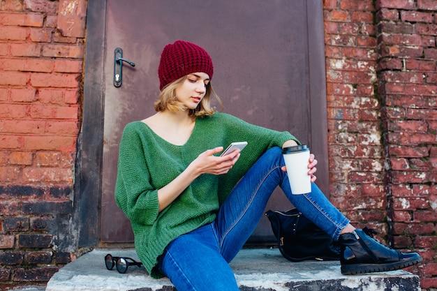 Jonge vrouwen die bericht op mobiele telefoon in stad texting. lifestyle concept