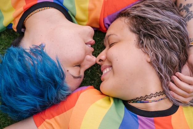 Jonge vrouwen die een homoseksuele relatie hebben.