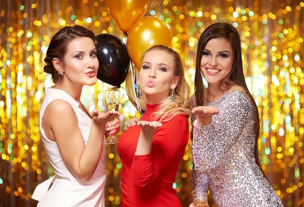 Jonge vrouwen die een kus blazen, het nieuwe jaar vieren