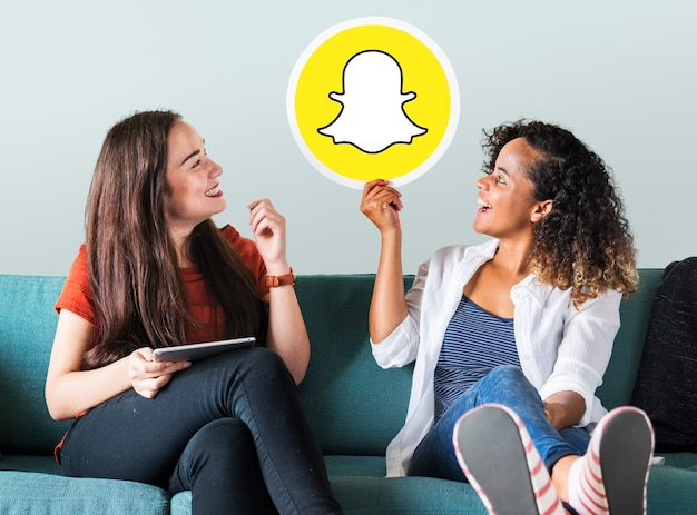 Jonge vrouwen die een snapchat-pictogram tonen