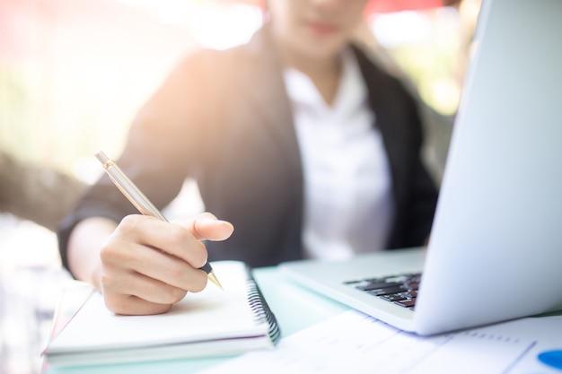 Jonge vrouwen die en gebruikte computer werken