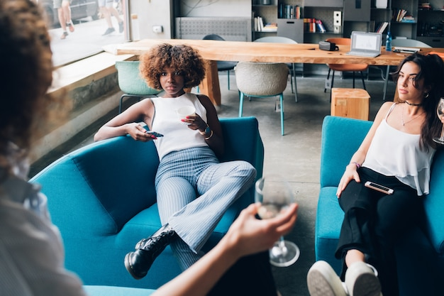 Jonge vrouwen die gesprek in een modern bureau hebben