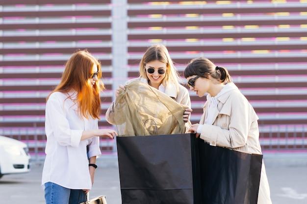 Jonge vrouwen die iets in je tassen zoeken