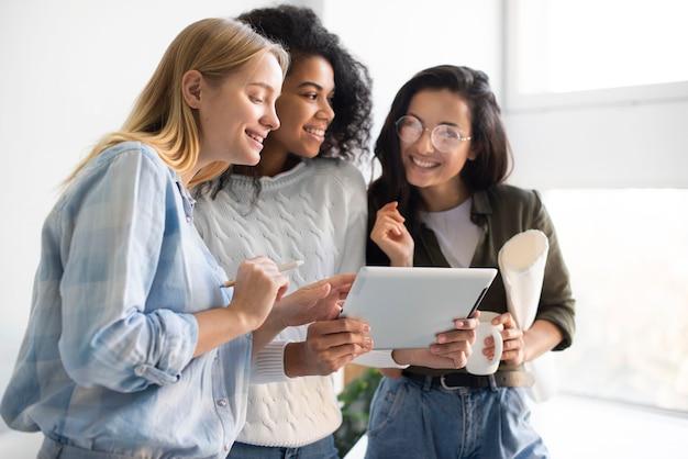 Jonge vrouwen die op tablet kijken