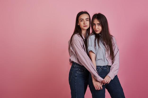Jonge vrouwen die pret hebben. schattige tweeling