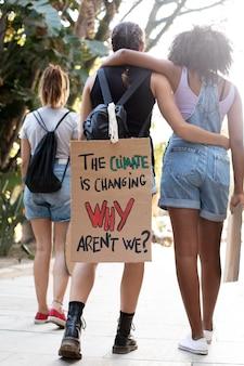 Jonge vrouwen die protesteren tegen klimaatverandering