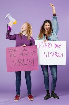 Jonge vrouwen die samen protesteren
