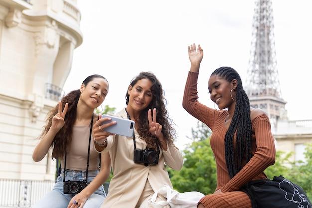 Jonge vrouwen die samen reizen en plezier hebben in parijs