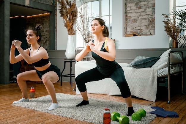 Jonge vrouwen gaan thuis sporten, trainen online