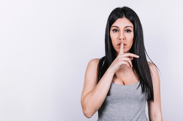 Jonge vrouwen gesturing stilte