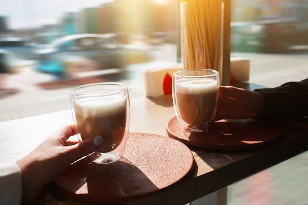 Jonge vrouwen houden kopjes koffie. vrouwelijke modellen nemen een drankje in de hand.