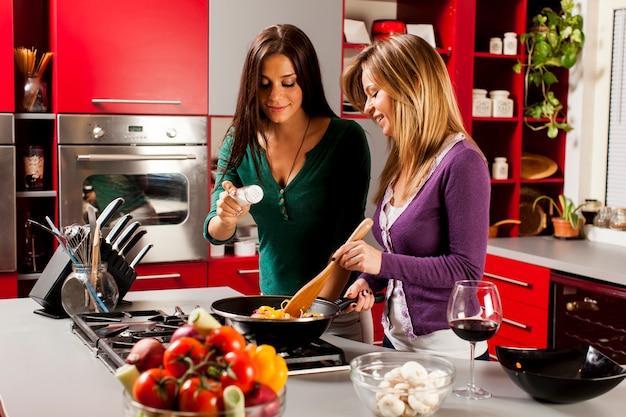 Jonge vrouwen in de keuken