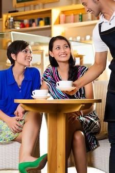 Jonge vrouwen in een aziatische coffeeshop
