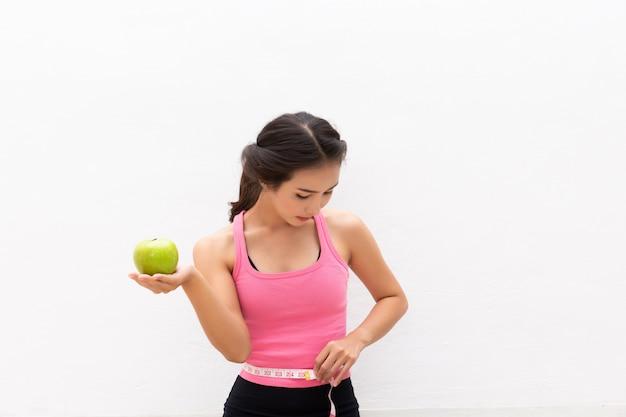 Jonge vrouwen kiezen ervoor om na het sporten fruit te eten voor een goede gezondheid.