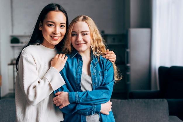 Jonge vrouwen knuffelen op schouders