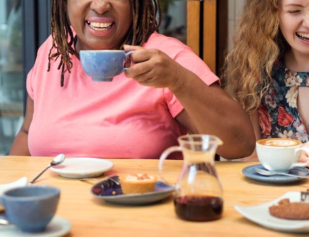 Jonge vrouwen koffie drinken concept