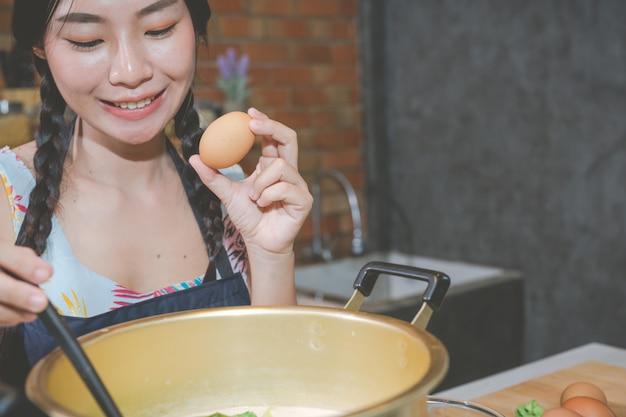 Jonge vrouwen maken snacks in de keuken.