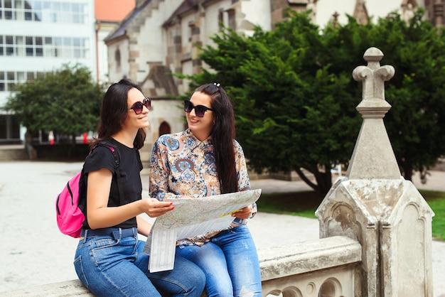 Jonge vrouwen met een kaart