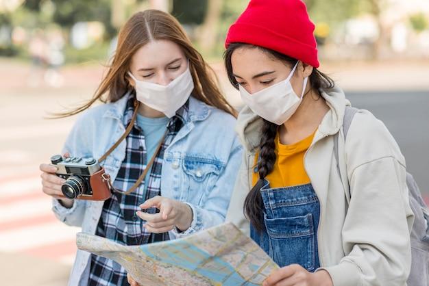 Jonge vrouwen met maskers