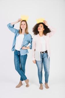 Jonge vrouwen met papieren kronen