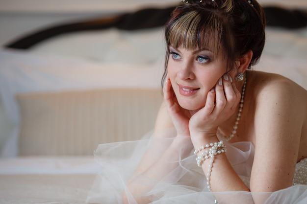 Jonge vrouwen met trouwjurk in zeer lichte kamer