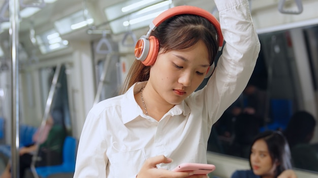Jonge vrouwen mobiele telefoon op openbare trein