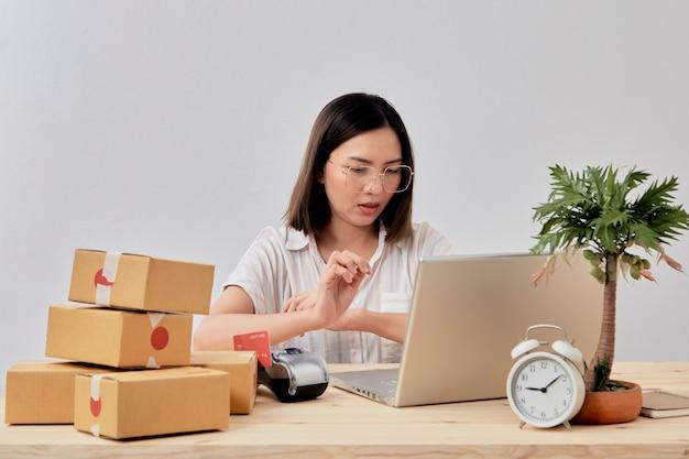 Jonge vrouwen online verkoper die van huis werkt