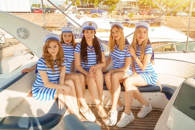 Jonge vrouwen op het dek van een jacht