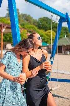 Jonge vrouwen op het strand ontspannen samen