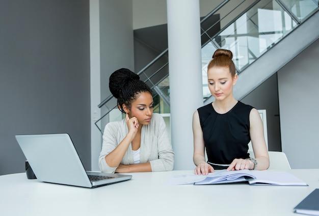 Jonge vrouwen op kantoor