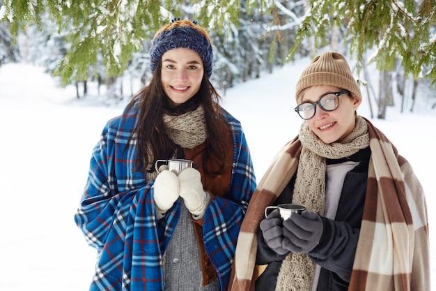 Jonge vrouwen op wintervakantie