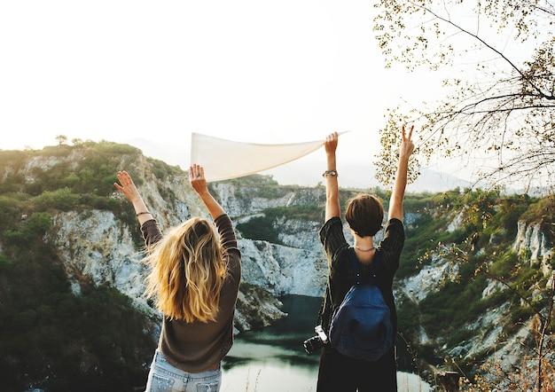 Jonge vrouwen reizen samen concept