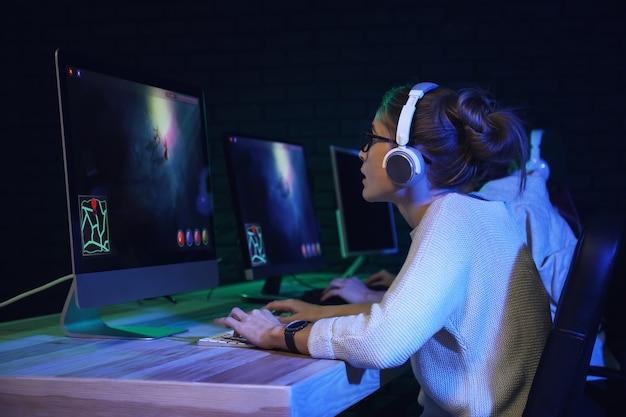 Jonge vrouwen spelen computerspel in club