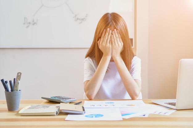 Jonge vrouwen vertonen vermoeidheid door hard te werken. en bang dat haar werk niet zal worden voltooid om klanten te sturen. het concept werkt niet te hard, vintage effect.