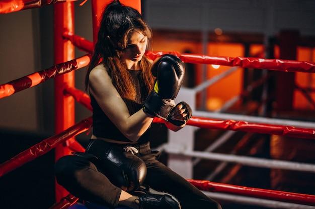 Jonge vrouwenbokser opleiding bij de gymnastiek
