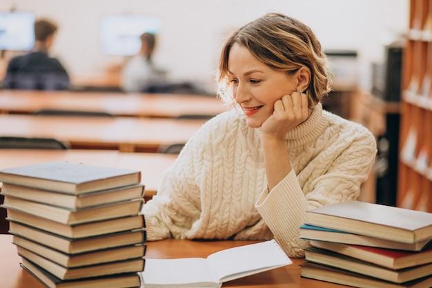 Jonge vrouwenlezing bij de bibliotheek
