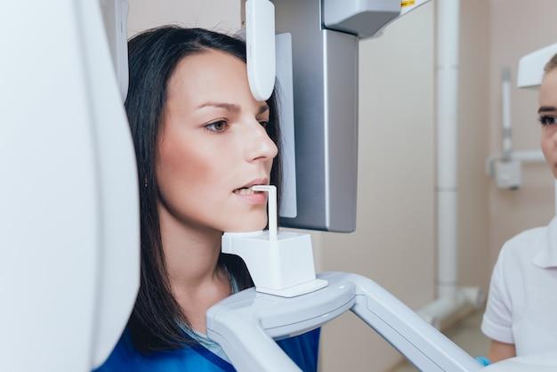Jonge vrouwenpatiënt die zich in x-ray machine bevindt.