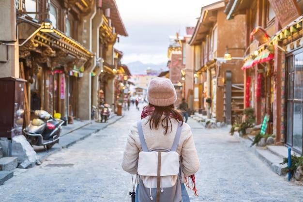 Jonge vrouwenreiziger die in de oude stad, shangri-la, het concept van de reislevensstijl lopen