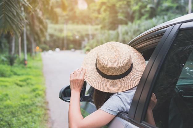 Jonge vrouwenreiziger die van roadtrip op haar de zomervakantie genieten