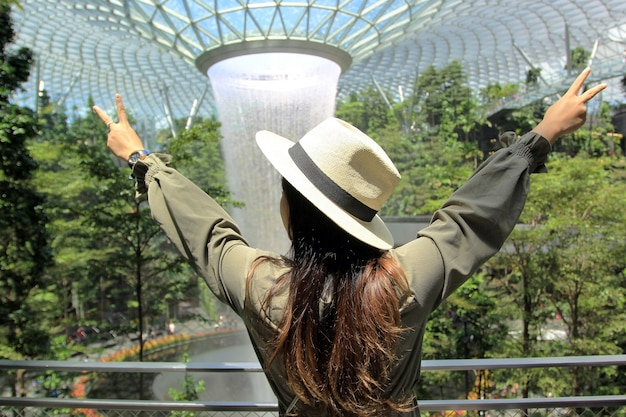 Jonge vrouwenreiziger in strohoed, vakantie en reizigersconcept met exemplaarruimte.