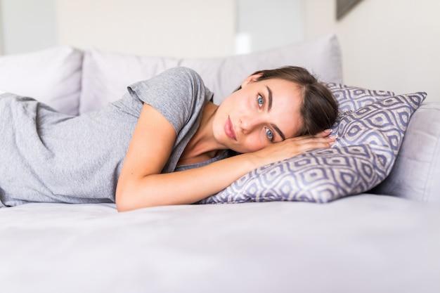 Jonge vrouwenslaap op de bank thuis