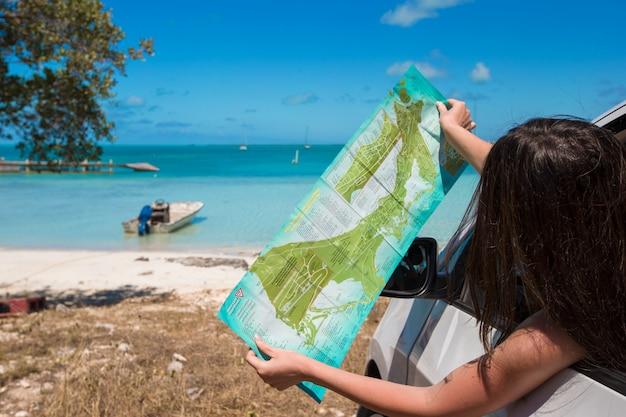 Jonge vrouwentoerist die op de zomervakantie genieten van