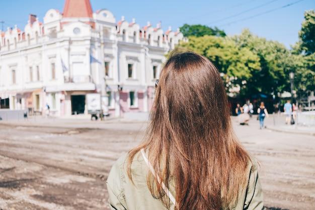 Jonge vrouwentoerist met bruin haar
