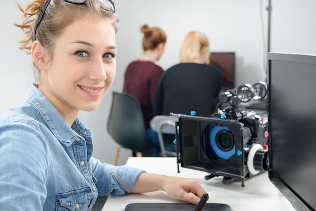Jonge vrouwenvideoredacteur die in studio werkt