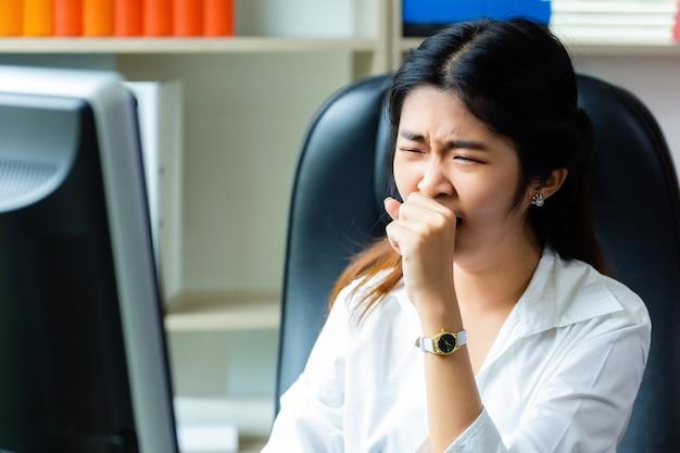 Jonge werkende vrouw moe om te werken