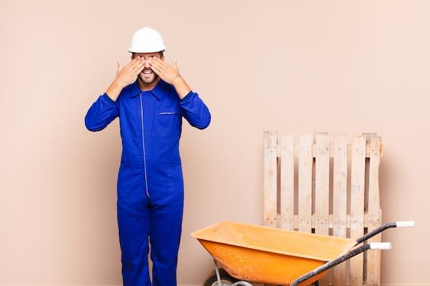 Jonge werknemer man met een kruiwagen