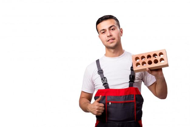 Jonge werknemer met baksteen die op wit wordt geïsoleerd