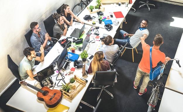 Jonge werknemersarbeiders die pret hebben bij stedelijk alternatief studioopstarten